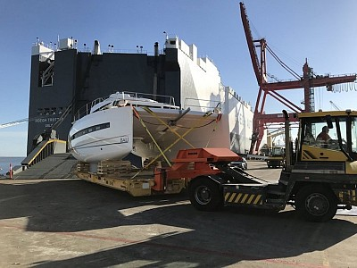 Höegh Autoliners transports 7.12 m wide catamaran from Antwerp to Brisbane
