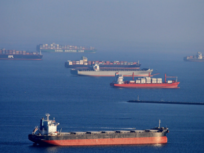 Record number of more than 100 box ships wait to berth at LA/LB