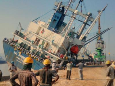Listing Ship Closes Traffic at India's Vizag Port